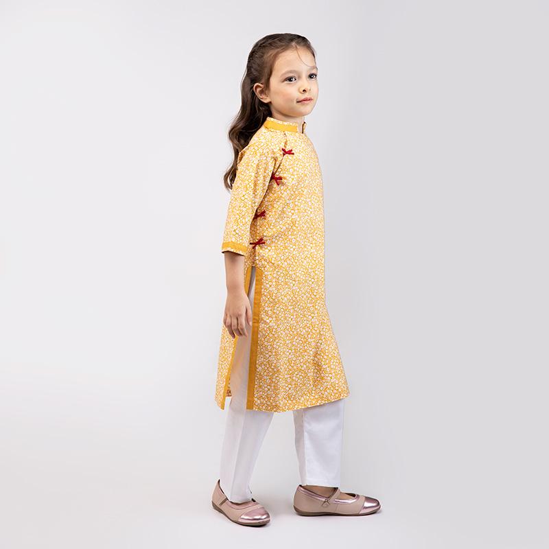 Skabella Áo dài – Bé gái đáp tay lỡ Ánh Dương màu vàng hoa nhí trắng
